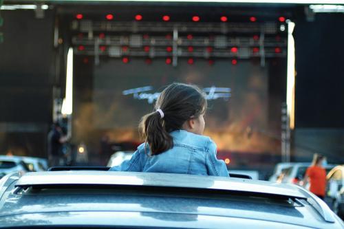 monsanto fest drive in - 25 julho - publico - carros - concerto -plateia (4)